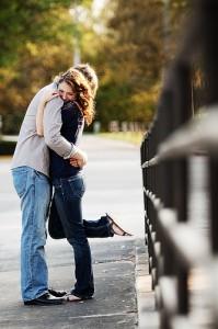 Przytulająca się para zakochanych